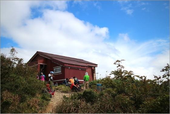 赤兎山の避難小屋